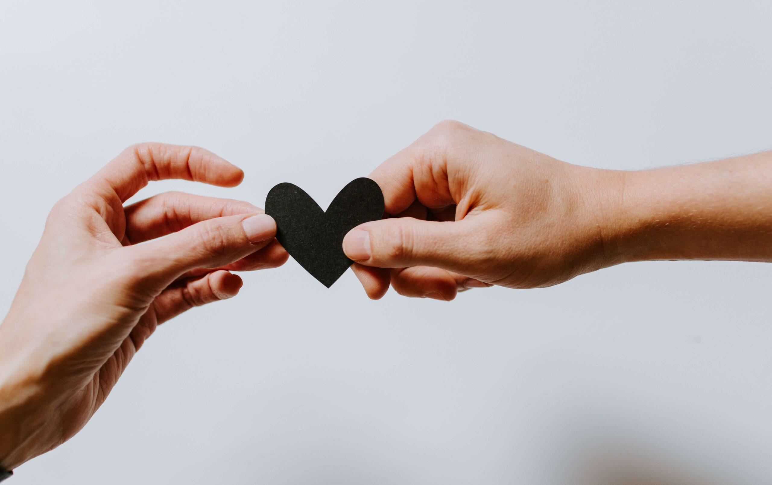 Verbinding - twee handen met een hartje