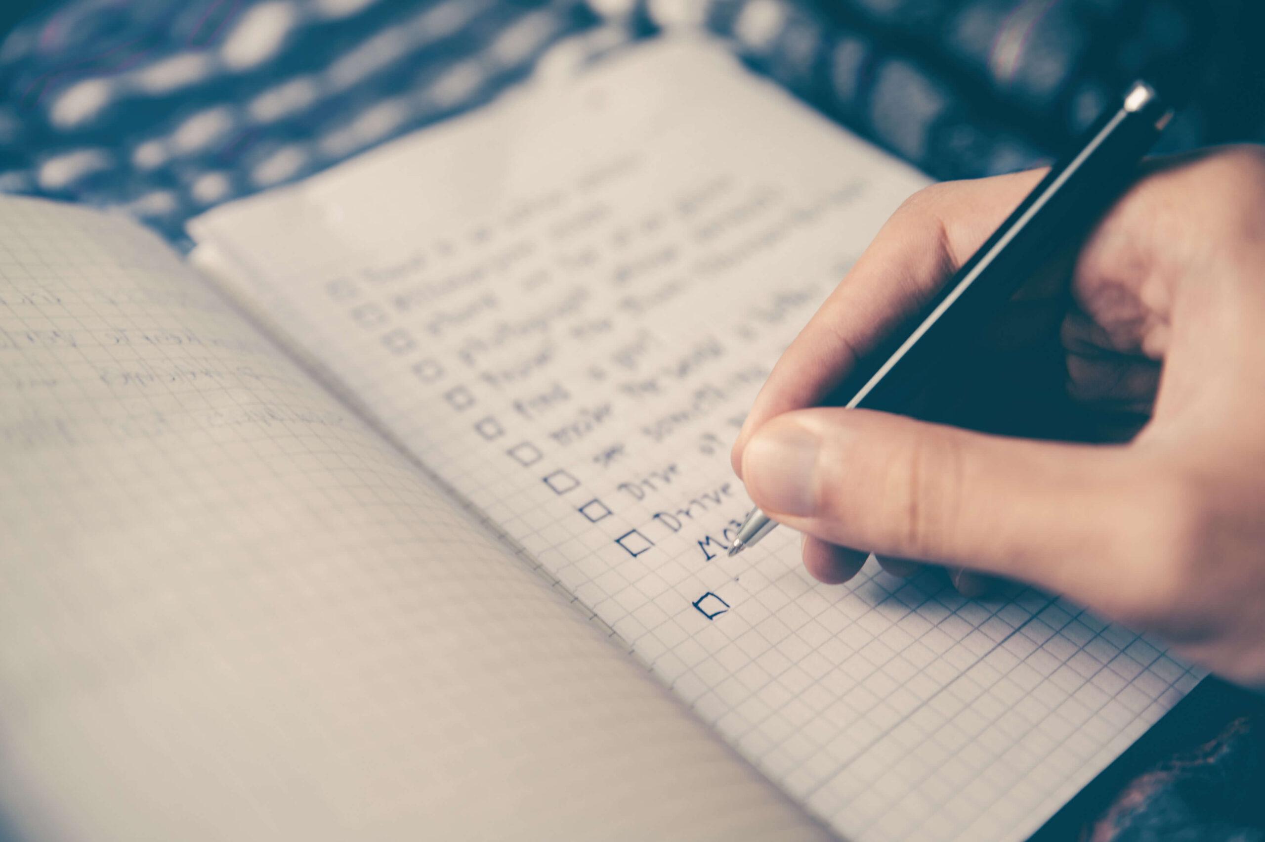 Vrouw vult checklist in